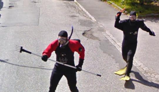 Streetview Norweger mit Harpune
